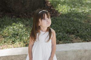 klein-meisje-heeft-alleen-problemen-met-thuis_1150-14428