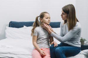 moeder-zit-met-haar-dochter-haar-keel-en-nek-aan-te-raken_23-2148053316